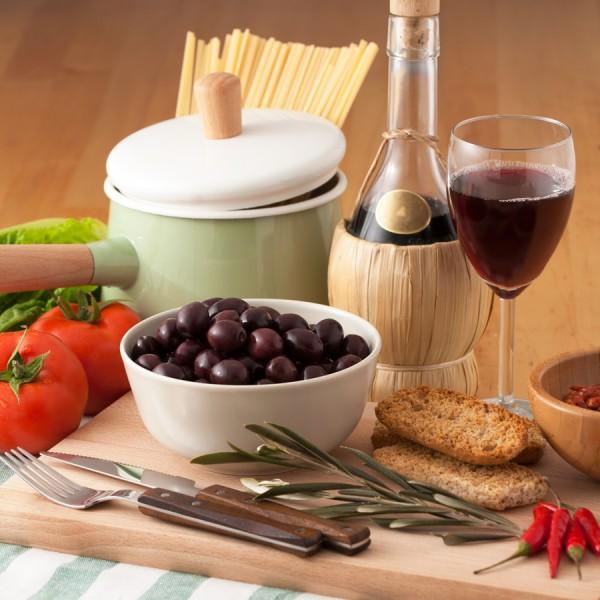Olive nere intere in salamoia e confezionate in vaschetta da 400g peso sgocciolato 250g.