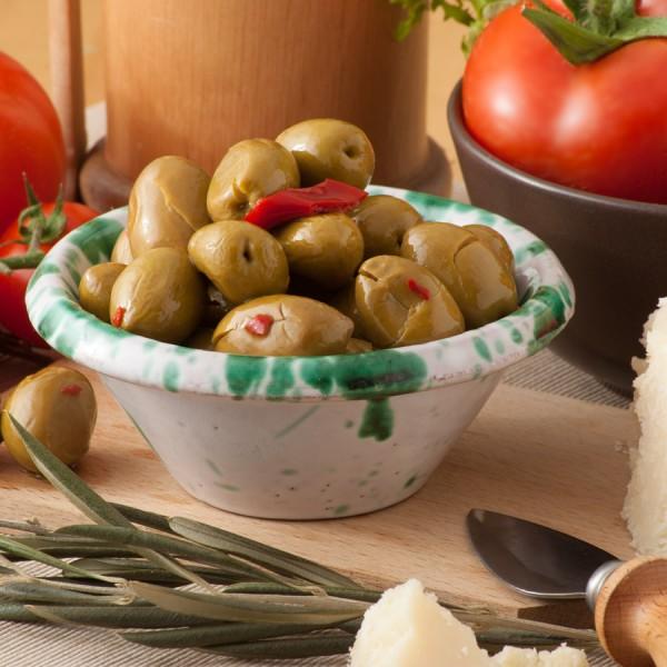 Olive verdi intere condite con peperoni e peperoncino in olio extra vergine di oliva e olio di semi di girasole e confezionate in vaschetta da 280g.