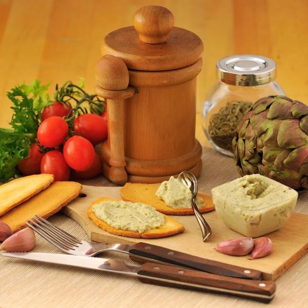 Patè di carciofi  in olio extra vergine di oliva, confezionato in vaschette da 140g.