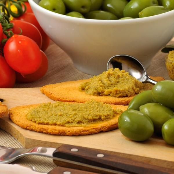 Patè di olive verdi in olio extra vergine di oliva, confezionato in vaschette da 140g.