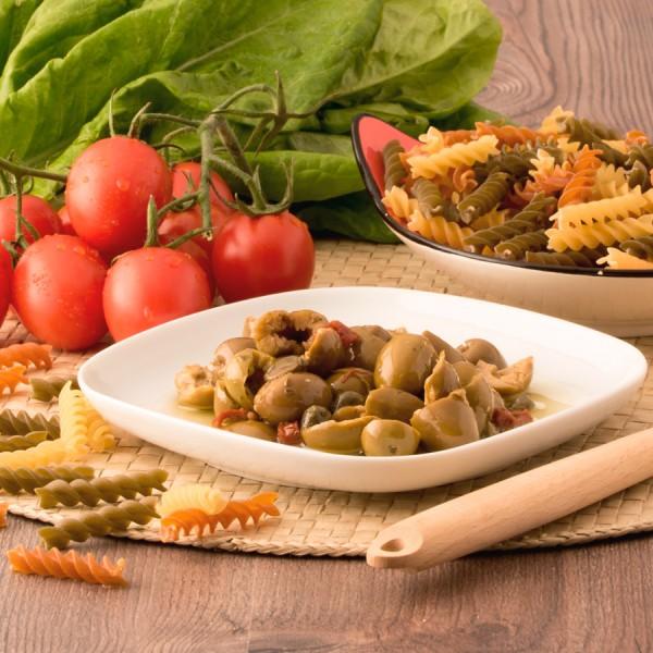 Mix di olive schiacciate denocciolate con pomodori secchi in olio di semi di girasole ed olio EVO confezionati in vasi di vetro linea PREMIUM peso totale 210g - 120g sgocc.